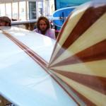 Ale Ponzanelli e Ricky Brotini davanti a una Miki Dora replica di Ola Surfboards
