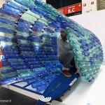Quelli di Two Thirds, compagnia di abbigliamento eco-friendly, hanno proposto l'ebbrezza di un tubo di bottiglie di plastica