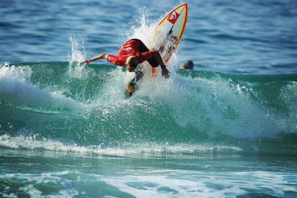 Quiksilver_Pro_France_2012_preview__leo_fioravanti_going_vertical_chauche
