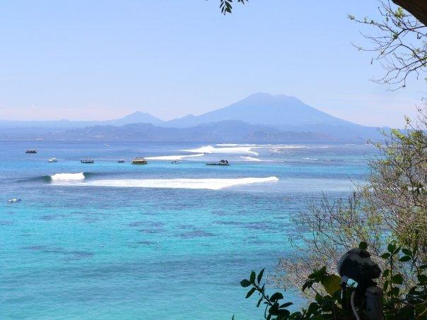 Nusa Lembongan, il nostro tranquillo A-Frame in primo piano e la famigerata Razor+Laceration, i prospettiva dietro le imbarcazioni. (Foto della moglie di Uncle Rod)